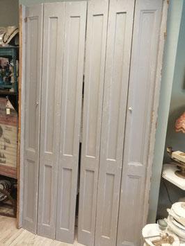 Prachtige extra hoge oude raamluiken, lichtgrijs, zware kwaliteit. Als deur, scheidingswand, inbouwkasten, barn door etc. Afmetingen per luik 218 x 63 cm, totale breedte 126 cm, prijs voor de set