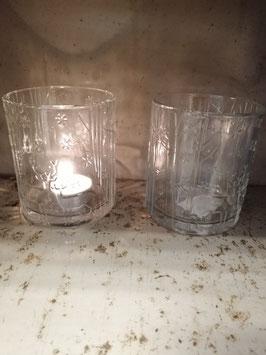 Mooie glazen windlichten met herten in bos, waar je kaarsen, plantjes en bloemen in kunt zetten. Afmetingen 10 x 8 cm, prijs per stuk