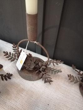 Mooie kandelaar voor een dinerkaars, in mooi gepatineerd metaal. Hoogte 18 cm, prijs per stuk