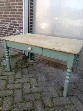 Mooie brocante grenen salontafel met leemgroen onderstel, lade en onbehandeld blad, dat je zo kunt laten of in de olie, wax of verf kunt zetten