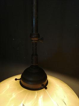 Mooie oude lamp met gewolkt opaline glazen kap, hoogte traploos regelbaar van 90 tot 130 cm