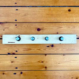 Kapstok van licht hout met 4 knoppen