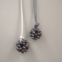 Charm-Kette dunkelblaue Perlkugel / Lederband grau oder weiß