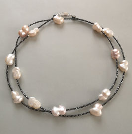 """Feine Kette """"Double or Single"""" aus Perlen in Weiß und Rosé mit anthrazitfarbenem Hämatit facettiert - ca. 90 cm lang"""