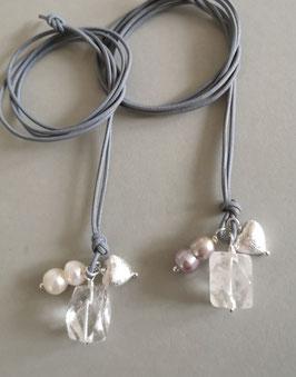 Charm-Kette Bergkristall / barocke Zwillingsperle weiß oder staubrosa / Herz aus 925er Sterlingsilber / Lederband grau