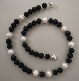"""Kette """"BLACK & WHITE"""" -  Schwarze Lava mit weißen Süßwasserzuchtperlen – ca. 44,5 cm lang."""