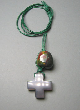 Charm-Kette Achatkreuz taupegrau / Jaspis grün mit gelb u. rot / Lederband grün