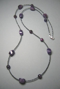"""Queen of the Night"". Feine Kette - Double or Single - aus Amethyst und anthrazitfarbenem Hämatit facettiert - ca. 90 cm lang"