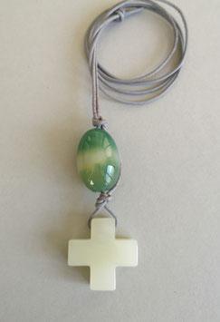 Charm-Kette Kreuz aus Serpentin / Achat grün gebändert / Lederband grau