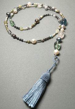 """Quastenkette """"AQUA"""" - Y-Kette aus Perlen in blau, grau und weiß, Fluorit, Labradorit, Bergkristall und weiteren Edelsteinen"""