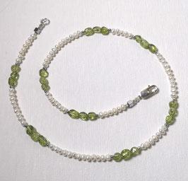"Kette ""First Green"""" - Süßwasserperlen in weiß mit Peridot - ca. 44,5 cm lang"