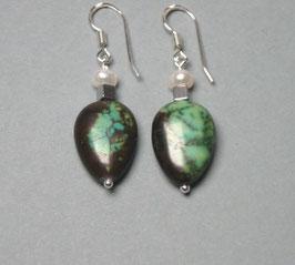 Ohrringe Howlith grün mit silbernem Hämatitwürfel und weißer Perle / 925er Silber