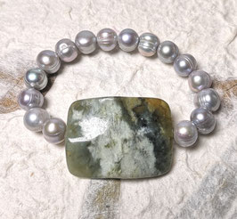 Perlenarmband silbergrau mit Jadeplatte in Grüntönen