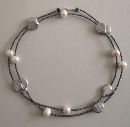 "Feine Kette ""Double or Single"" aus weißen Perlen, grauen Coinperlen und anthrazitfarbenem Hämatit facettiert - ca. 90 cm lang"