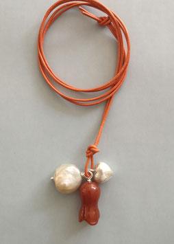 Charm-Kette Carneoltulpe / Perle natur / Herz aus 925er Sterlingsilber / Lederband orange