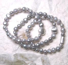 Perlenarmband für das schmale Handgelenk - barocke Süßwasserzuchtperlen in grau mit Kugel, Herz oder Walze aus 925er Sterlingsilber
