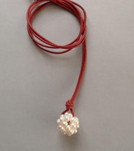 Charm-Kette weiße Perlkugel / Lederband rot