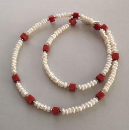 """Kette """"RED SUMMER """" aus Süßwasserperlen in weiß mit Würfeln aus Schaumkoralle - ca. 44,5 cm lang"""