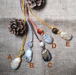 Charm-Ketten aus gebändertem Japsis und diversen Steinen mit farblich passendem Lederband