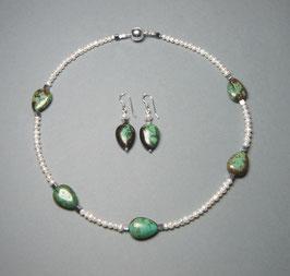 """Kette """"Green Leaves"""" aus weißen Süßwasserzuchtperlen und grünem Howlith - ca. 43,5 cm lang"""