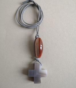 Achatkreuz mit Streifenstruktur / Carneolspindel / Lederband grau