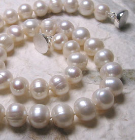 """Perlenkette """"Classic White"""" - der Klassiker in weiß - Zuchtperlen mit 925er Magnetverschluss – ca. 45 cm lang."""
