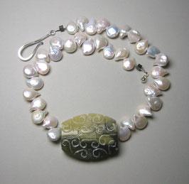 """Kette """"Green Soul"""" - Jadeplatte graviert und barocke Süßwasserperlen mit Fischhakenverschluss in 925er Sterling Silber"""