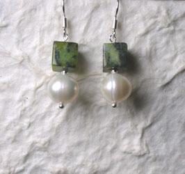 Ohrringe Perle weiß / Würfel aus Howlith grün / 925er Silber
