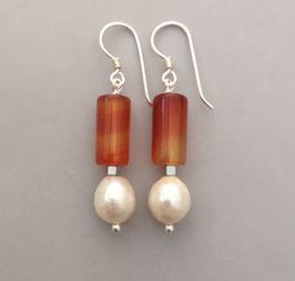 Ohrringe Perle weiß / Walze aus Carneol / 925er Silber