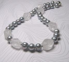 "Kette ""Silver Pearl meets Crystal Rock"" - Klassik trifft Moderne - Süßwasserperlen silbergrau mit facettiertem Bergkristall, ca. 45 cm lang"