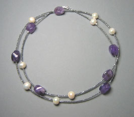 """Day and Night"". Feine Kette - Double or Single - aus Amethyst, weißen Perlen und silbernem Hämatit facettiert - ca. 90 cm lang"