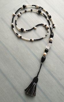 """Quastenkette """"Black & White"""" - Y-Kette aus weißen Perlen, Onyx und Bergkristall"""