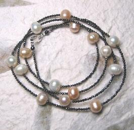 """Feine Kette """"Double or Single"""" aus Perlen in Weiß, Rosé und Apricot mit anthrazitfarbenem Hämatit facettiert - ca. 90 cm lang"""