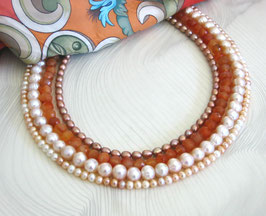 """Kette """"Peach Blossom"""" -  vierreihig aus Süßwasserperlen und Carneol - Länge ca. 44 cm."""