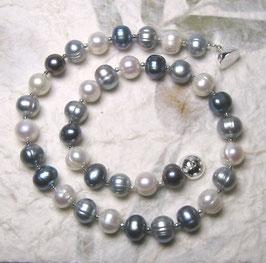 "Perlenkette ""Shades of Blue"" - der Klassiker neu interpretiert- Süßwasserzuchtperlen mit 925er Magnetverschluss – ca. 44,5 cm lang."