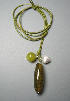 Charm-Kette  Netzachat / Olivenjade / Herz aus 925er Sterlingsilber / Lederband grüngelb