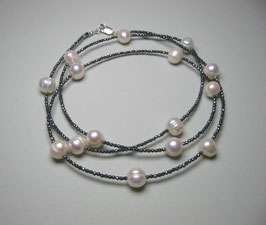"""Feine Kette """"Double or Single"""" aus weißen Perlen und anthrazitfarbenem Hämatit facettiert - ca. 90 cm lang"""