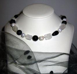 """Kette """"Black & White"""" -  aus weißen, barocken Perlen, Onyx und Bergkristall - Länge ca. 48 cm."""