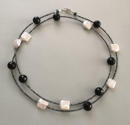 """Feine Kette """"Double or Single"""" aus weißen Perlen und Onyx faccettiert mit anthrazitfarbenem Hämatit facettiert - ca. 90 cm lang"""