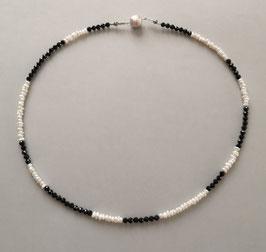 """Kette """"Black&White"""" aus facettiertem Spinell und Süßwasserperlen weiß mit 925er Magnetverschluss – Länge ca. 44,5 cm."""