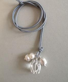 Charm-Kette Bergkristall / barocke Zwillingsperle weiß / Olive aus 925er Sterlingsilber / Lederband grau