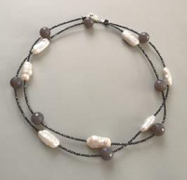 """Feine Kette """"Double or Single"""" aus weißen Perlen und Achat taupe faccettiert mit anthrazitfarbenem Hämatit facettiert - ca. 90 cm lang"""