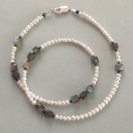 """Kette """"INSPIRATION"""" aus Süßwasserperlen in weiß mit Labradorit - ca. 44 cm lang"""