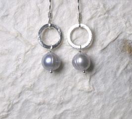 Ohrringe Perle hellgrau mit Kreiselement/ 925er Silber