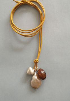 Charm-Kette Perle natur / Achat braun / Herz aus 925er Sterlingsilber / Lederband safran