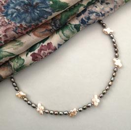 """Kette """"GOLDEN MEADOW"""" -  grünbraune Süßwasserzuchtperlen in Reiskornform mit goldschimmernden Perlen in Freiform - ca. 43,5 cm lang"""