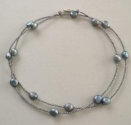 """Feine Kette """"Double or Single"""" aus eisblauen, barocken Perlen und silbernem Hämatit facettiert - ca. 90 cm lang"""