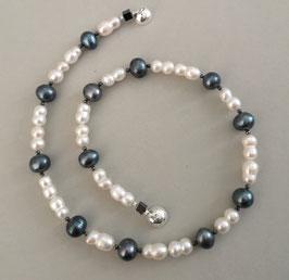 """Perlenkette """"BLUE MOMENTS II"""" -  Süßwasserzuchtperlen in Blau und Weiß mit 925er Magnetverschluss – ca. 45 cm lang."""