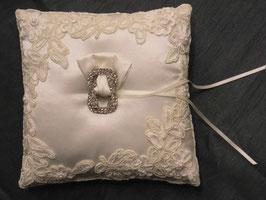 Ringkissen in Ivory in 20 cm x 20 cm mit Spitze und Perlen bestickt