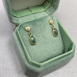 Gouden oorstekers met opaal en diamant